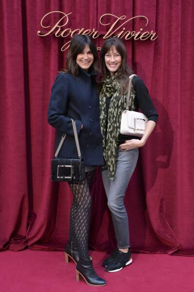 Helena Noguerra et Mareva Galanter, joyeuses et décontractées, présentent deux nouveaux sacs de Roger Vivier.