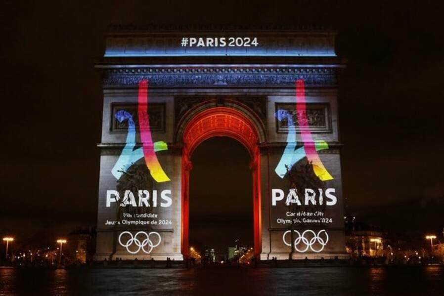 L'arc de Triomphe aux couleurs de Paris 2024