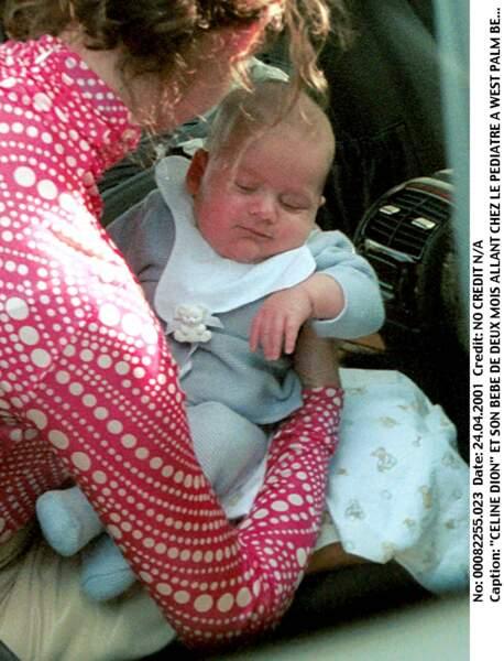 Céline Dion et son bébé René-Charles âgé de deux mois, à Los Angeles en 2001
