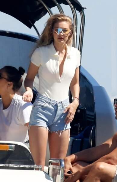 Gigi Hadid porte le short en jean sexy avec un body décolleté
