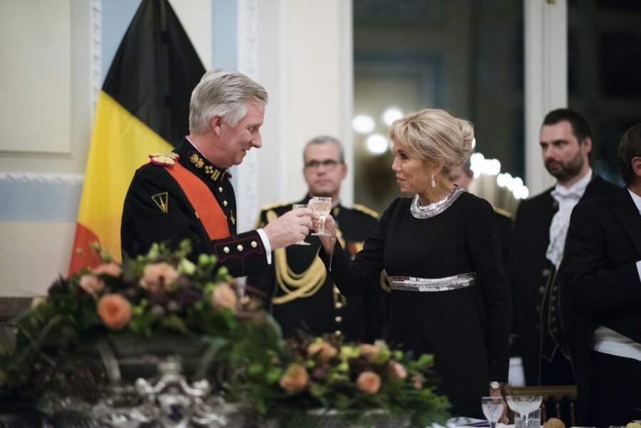 Brigitte Macron salue le prince Philippe de Belgique à Laeken, en Belgique, le 19 novembre 2018