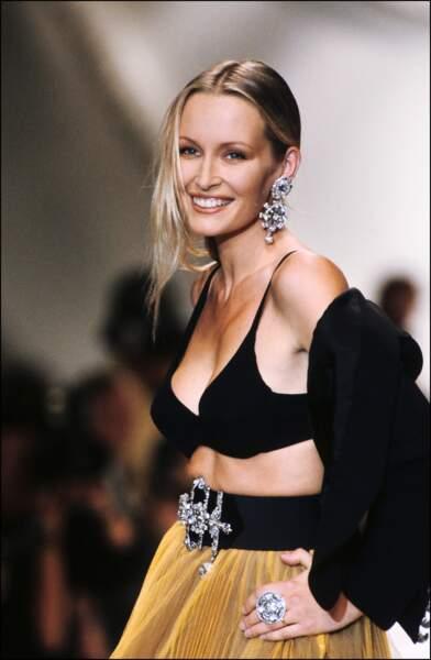 1994 : Magnifique chez Dior, elle est de tous les défilés de la marque