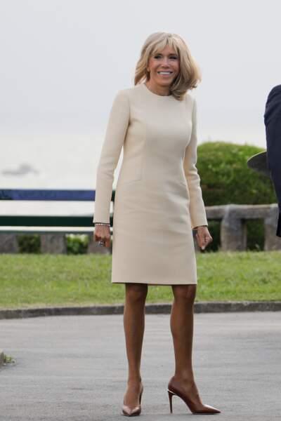 Brigitte Macron adore ce style de robe droite à 2700 € prêtée par Louis Vuitton