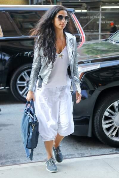 Camila Alves mixe perfecto argenté et baggy blanc