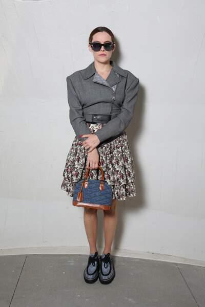 Riley Keoug en jupe fleurie et lunettes de soleil pour Louis Vuitton