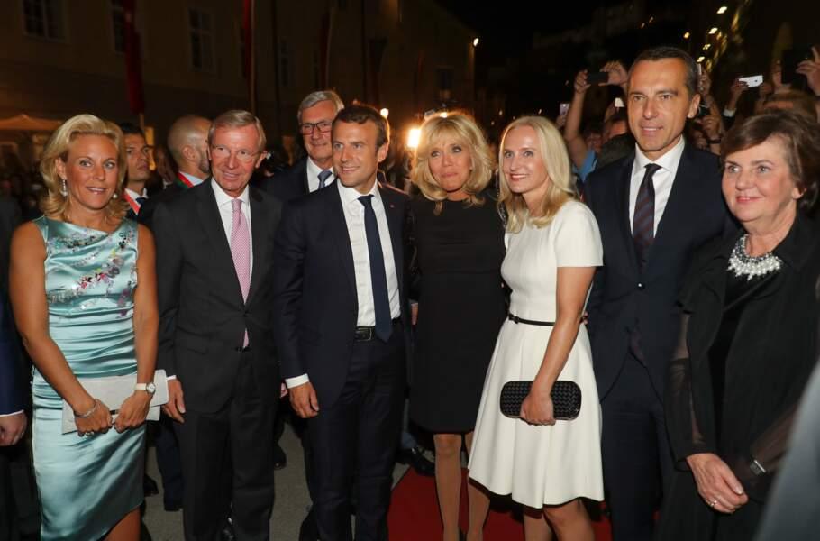 Brigitte Macron, son carré blond réhaussé par le choix de cette robe noire si chic