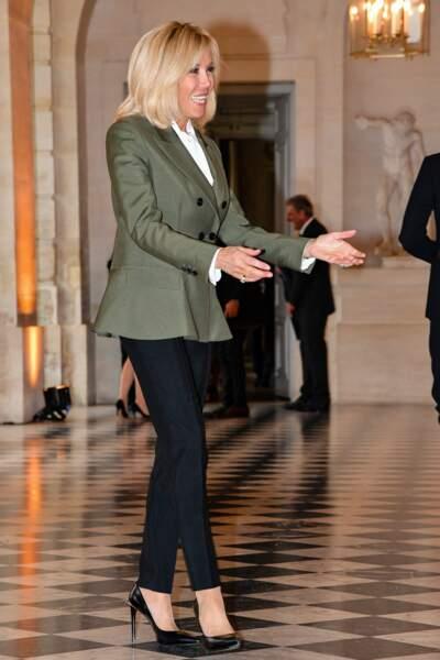 Brigitte Macron se pare de minimalisme pour des escarpins noirs à Versailles.
