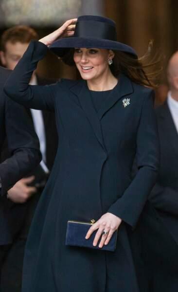 Kate Middleton en manteau Beulah London et minaudière Jimmy Choo, à l'Abbaye de Westminster, le 12 mars 2018