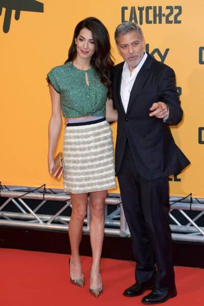 Amal Clooney dévoile ses longues jambes fines dans cette mini jupe siglée à Rome aux côtés de George Clooney