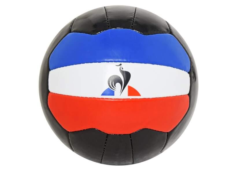 Ballon de foot retro, 29 € (Le Coq Sportif par Jean-Charles de Castelbajac).