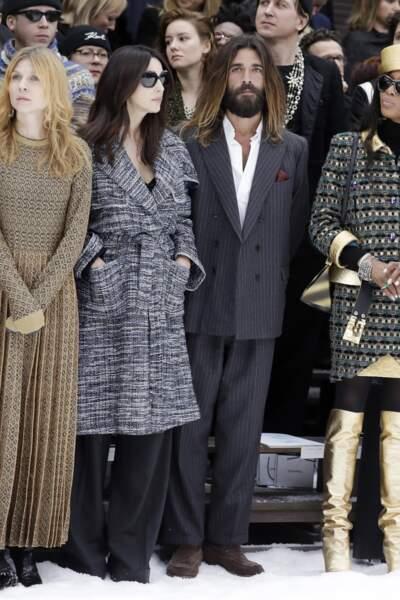 Monica Bellucci a officialisé sa relation avec Nicolas Lefebvre au défilé Chanel automne-hiver 2019/2020.