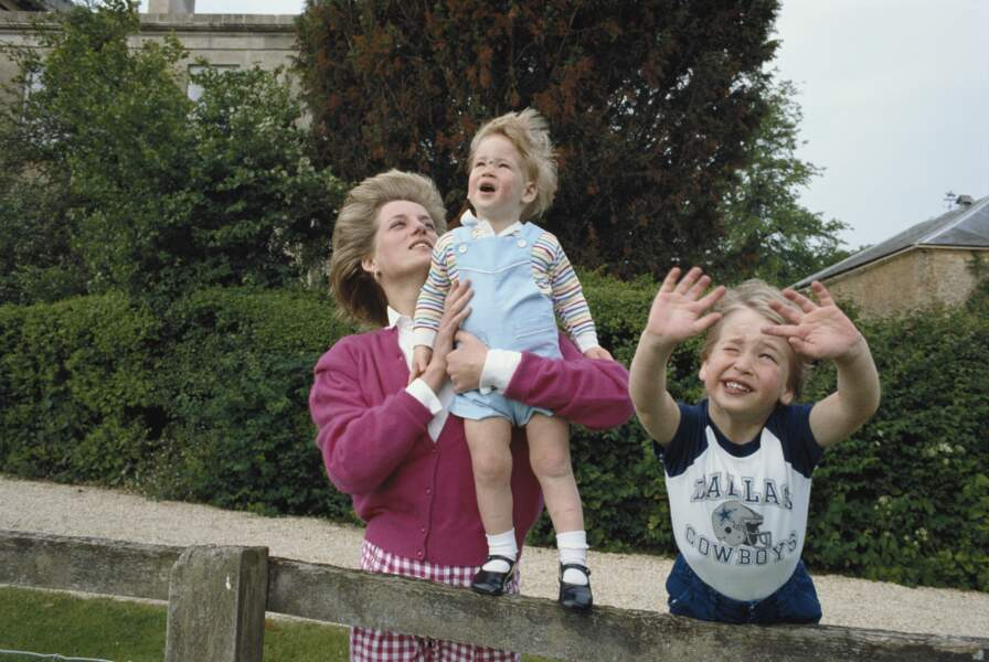 Lady Diana avec William et Harry dans les jardins de Highgrove dans le Gloucestershire, en 1986