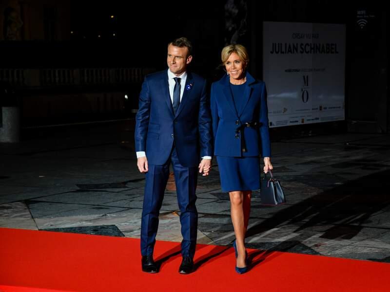 Brigitte et Emmanuel Macron, toujours aussi amoureux, arrivent main dans la main au musée d'Orsay.