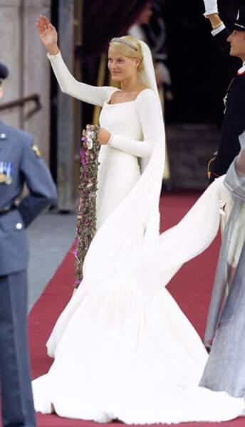 Mette-Marit de Norvège (dans une robe signée Ove Harder Finseth) à Oslo le 25 août 2001