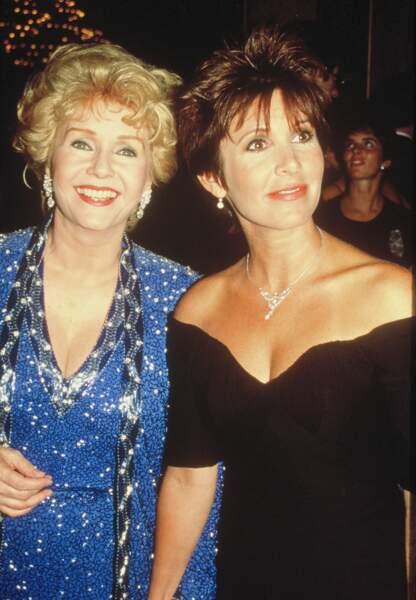 Carrie Fisher et sa mère Debbie Reynolds lors d'une soirée à Los Angeles dans les années 90