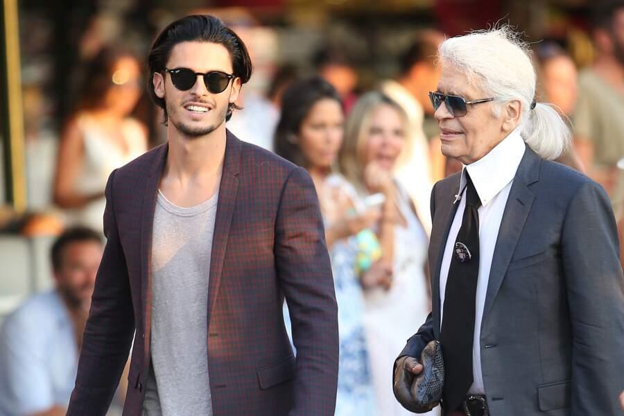 Karl Lagerfeld et Baptiste Giabiconi se promènent à Saint-Tropez, le 4 août 2015.