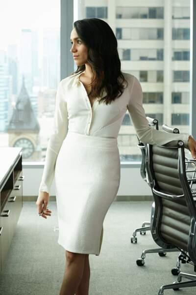 En total look blanc, qui souligne à merveille sa silhouette longiligne