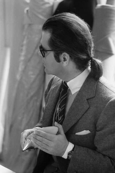Karl Lagerfeld, directeur artistique de la maison Chloe, et son célèbre catogan, en 1979 à Paris
