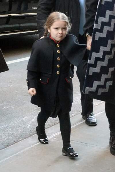 Look maîtrisé pour la petite Harper Seven Beckham, en veste militaire signée Burberry, automne/hiver 2015.