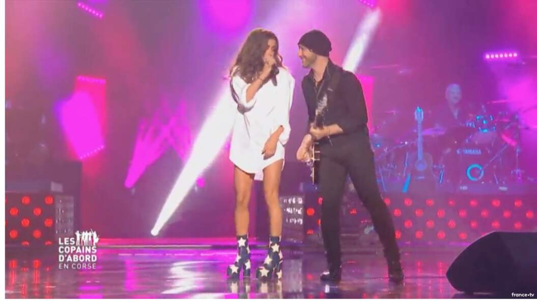 """Jenifer portait des bottines étoilées à Ajaccio, lors du concert """"Les Copains d'Abord"""" sur France 2 en 2017."""