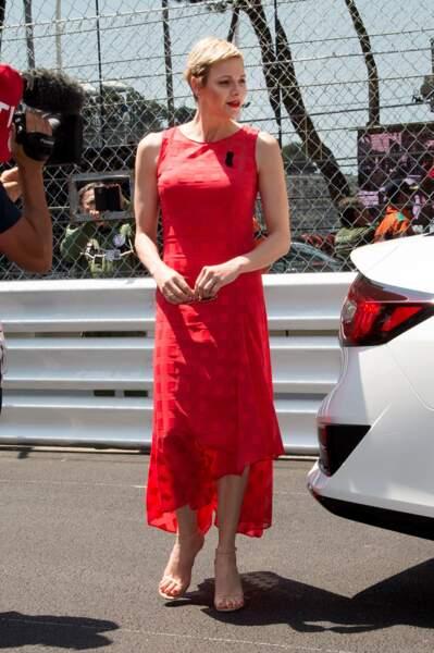 un total look rouge des pieds à la tête : sur les lèvres, les pieds, la robe