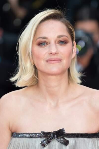 Marion Cotillard monte les marches pour le film Le Grand Bain au festival de Cannes le 13 mai 2018