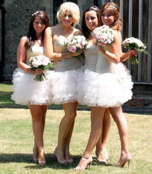 Pixie Lott (2e en partant de la gauche), au mariage de son cousin en juillet 2010