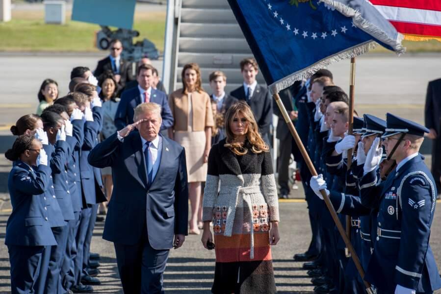 Pour son arrivée au Japon, Melania Trump a choisi un manteau en laine chic et coloré signé Fendi