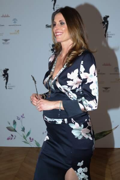 Très chic, tout simplement, comme depuis son élection Miss France en 1998.