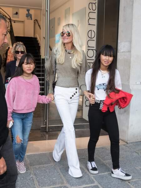 Laeticia Hallyday profite également de sa venue pour faire du shopping avec ses filles.