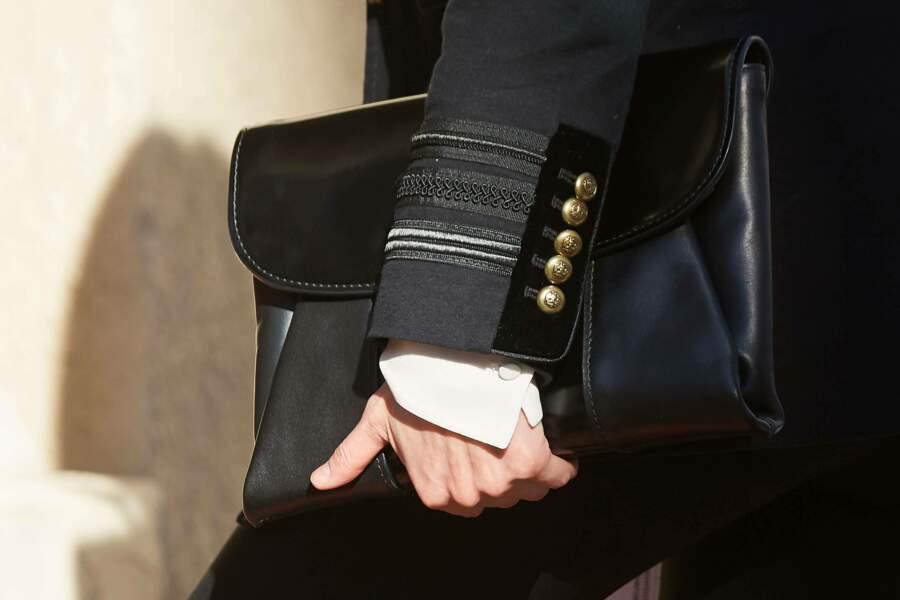 La reine Letizia d'Espagne très classe avec sa pochette Hugo Boss et sa veste militaire Zara