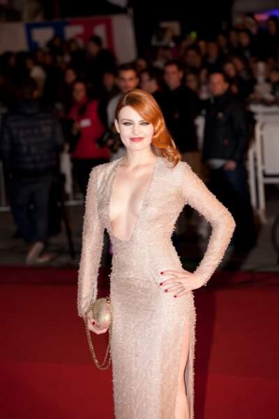 Elodie Frégé et son impressionant décolleté, lors de la 15ème édition des NRJ Music Awards à Cannes, le 14 decembre 2013