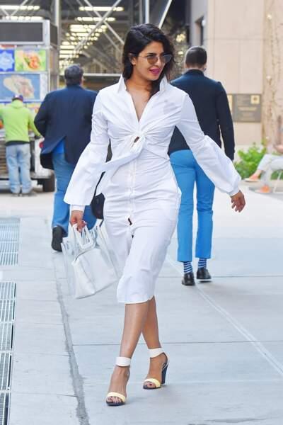 Priyanka Chopra dans une tenue immaculée, pose dans la rue à New York le 3 mai 2018