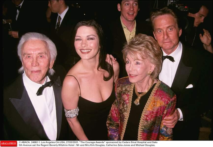 Le couple avec Kirk Douglas, le père de Michael Douglas, et sa belle-mère Anne (2001)
