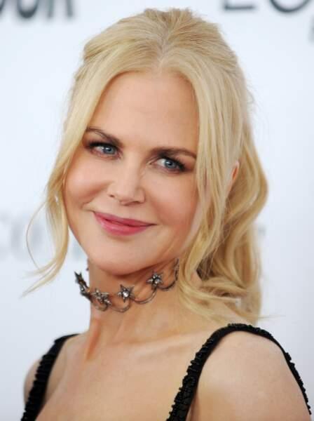 Nicole Kidman choisit un choker argenté qui va bien avec ses cheveux blonds