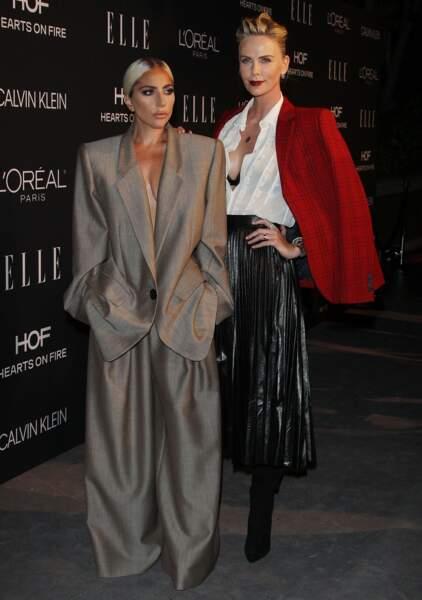 Charlize Theron ultra sexy avec un chignon rock et un décolleté ravageur avec Lady Gaga