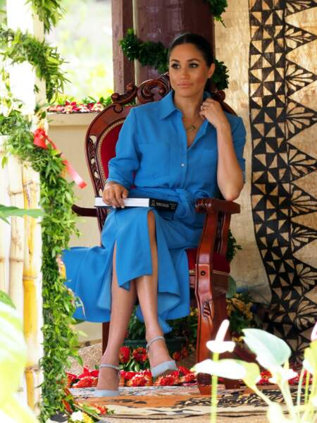Meghan Markle sublime en robe bleue clair qui souligne ses trois mois de grossesse le 26 octobre 2018.