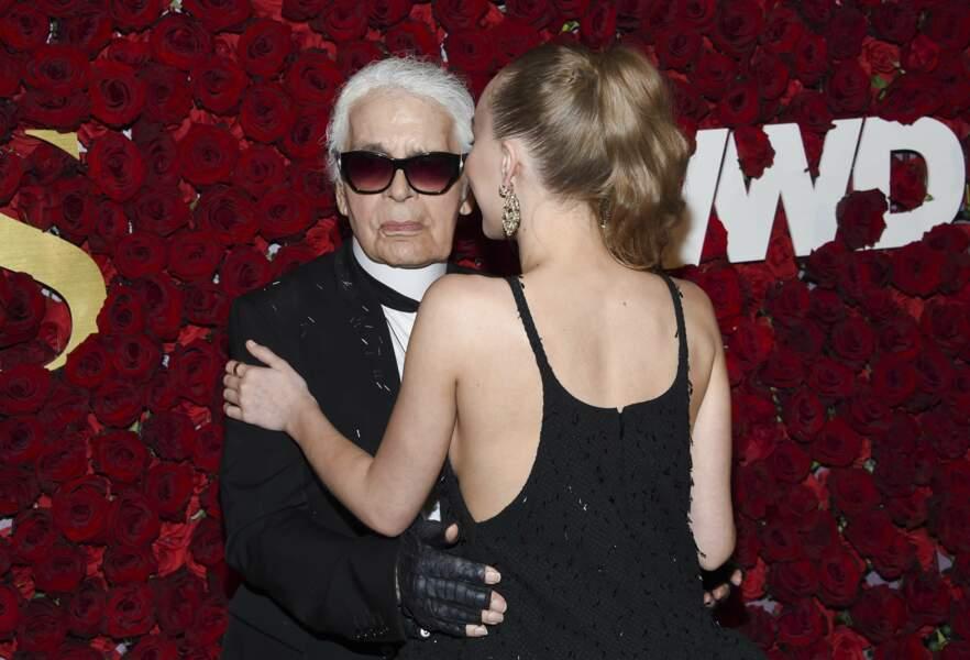 Lily-Rose Depp en robe Chanel dos-nu et jolie queue-de-cheval tendance