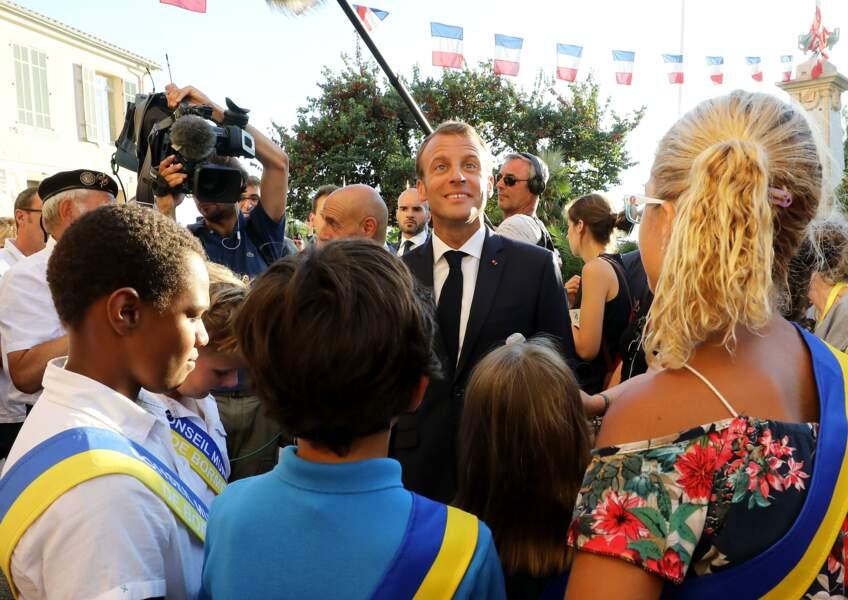 Emmanuel Macron prend un bain de foule lors du 74e anniversaire de la libération de Bormes-Les-Mimosas