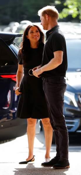 Pour l'occasion, Meghan Markle portait une petite robe noire signée Stella McCartney