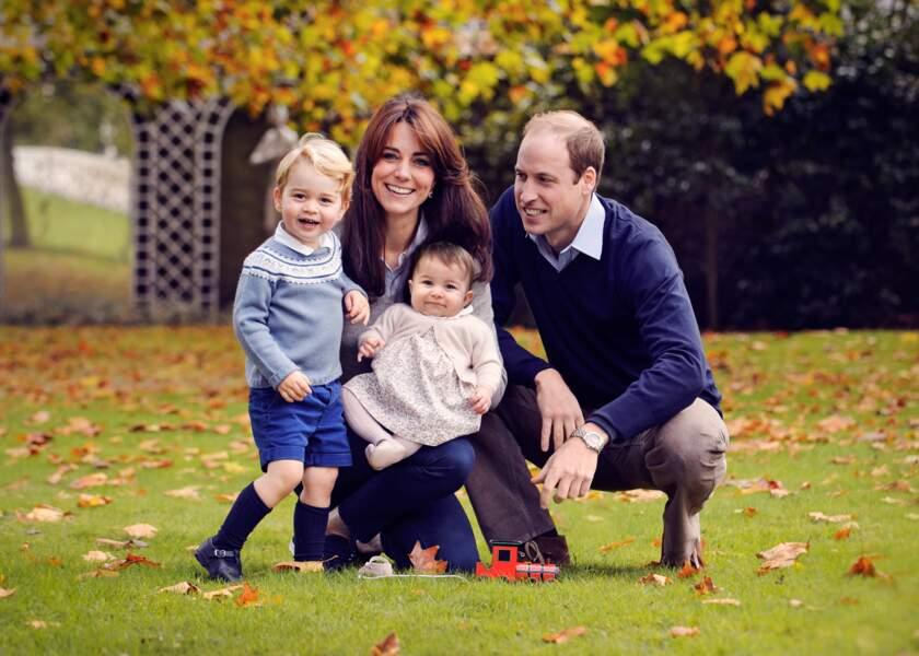 Kate, William, George et Charlotte d'Angleterre posent dans le jardin du Palais de Kensington fin octobre 2015