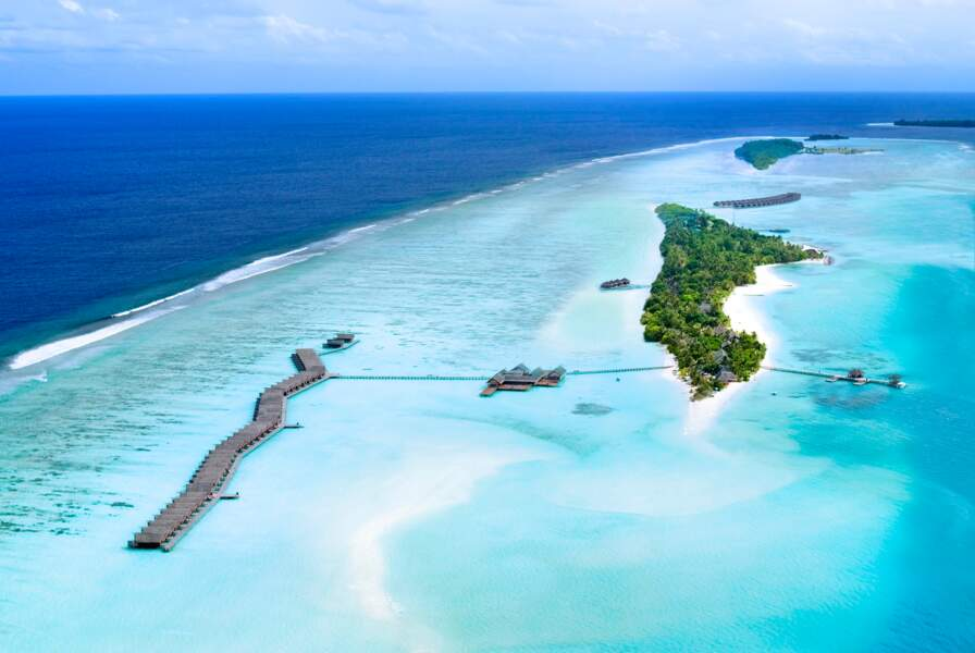 Un petit paradis vert et bleu vu du ciel, c'est le LUX* SOUTH ARI ATOLL aux Maldives.