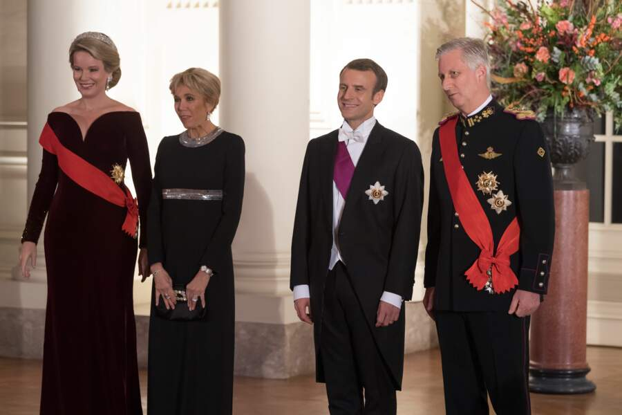 Brigitte Macron en robe de vestale noire et grise scintillante Louis Vuitton le 19 novembre