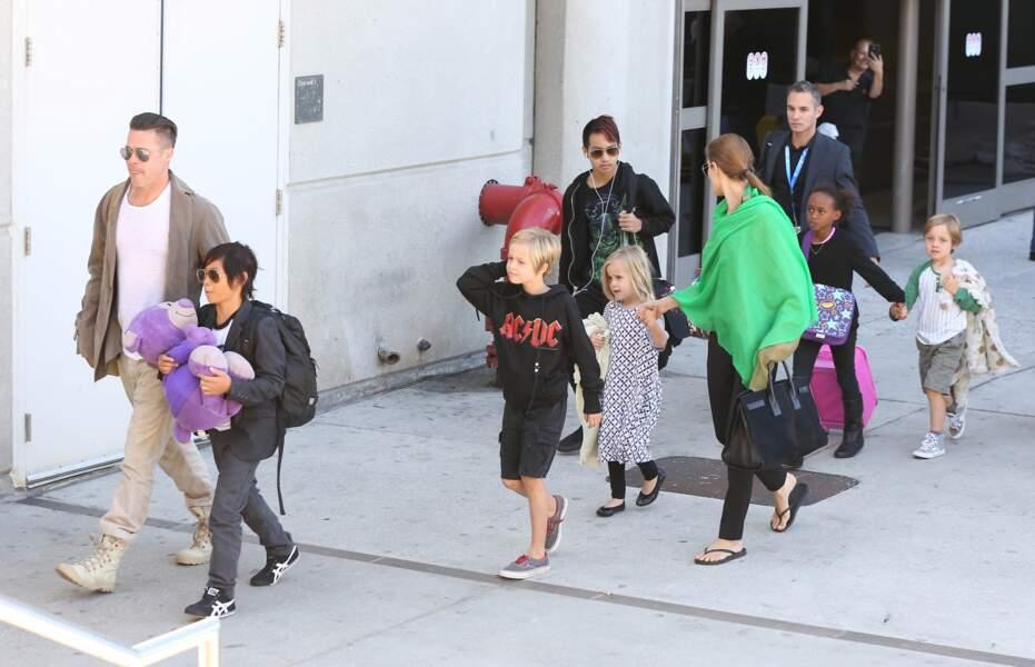 Shiloh Jolie-Pitt, avec ses parents et ses frères et soeurs à l'aéroport de L.A., en février 2014