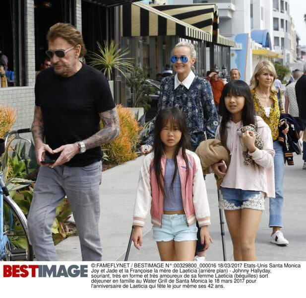 Johnny, Laeticia, sa mère Françoise, Jade et Joy déjeunent à Santa Monica pour les 42 ans de Laeticia en mars 2017