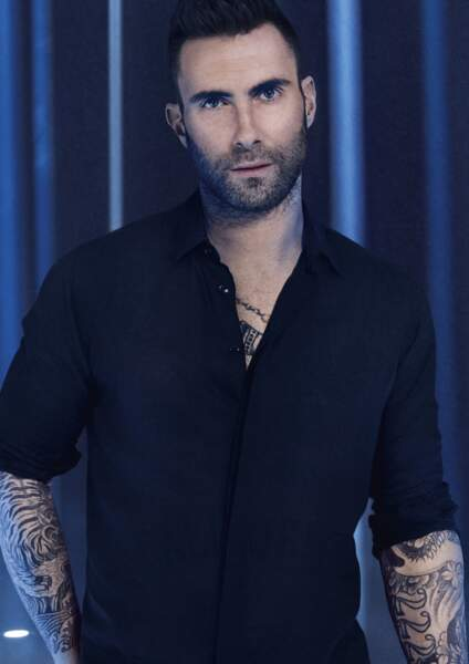 Adam Levin, chanteur de Maroon 5 et égérie YSL Beauté a les bras et le dos 100% tatoué