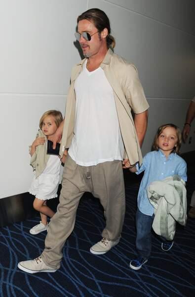 Knox et Vivienne, avec leur père, à Tokyo, en juillet 2013. La famille de Brad comptait déjà des jumeaux.