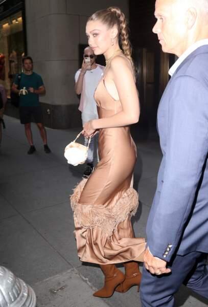 La robe très fine de Gigi Hadid moulait ses formes et dévoilait certains de ses atouts