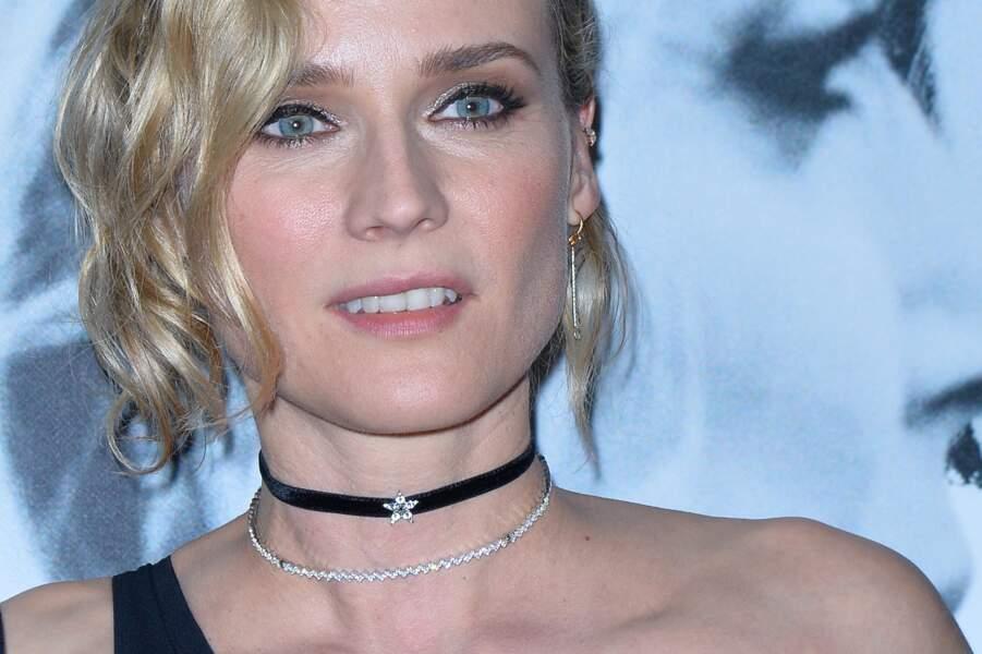 Diane Kruger innove avec le double choker : un en velours, un en bijou