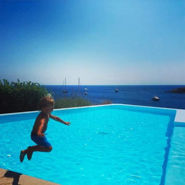 Le fils d'Alessandra Ambrosio s'éclate en Grèce et fait des bombes dans la piscine